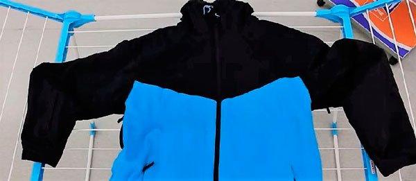 Сушим полиэстеровую куртку в горизонтальном положении