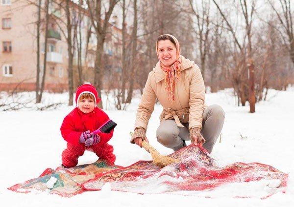 Почистите ковер можно и зимой