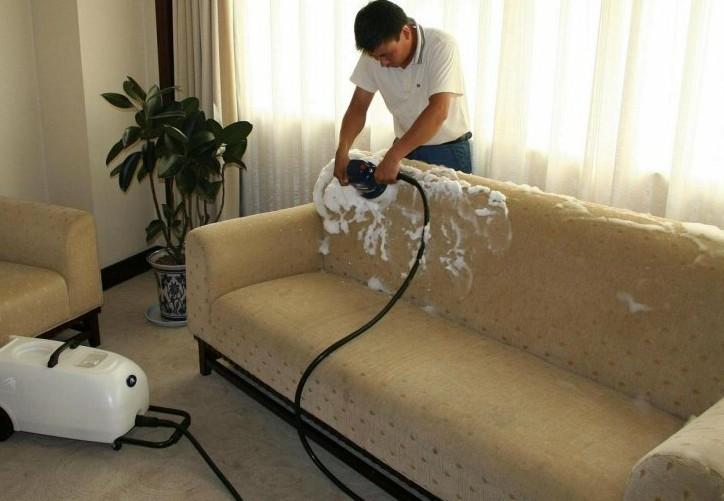 удаление пятен на диване мыльным средством
