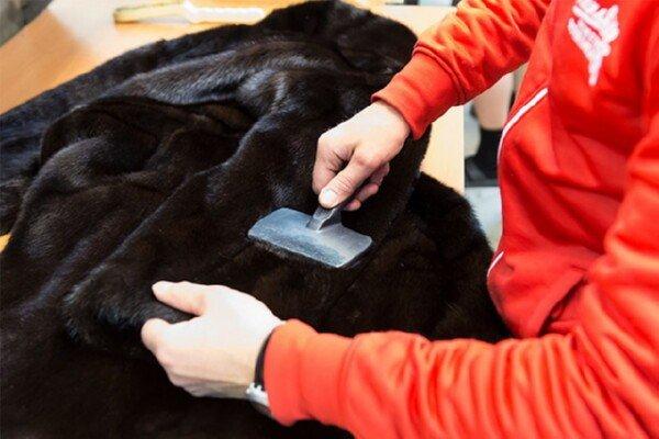 Разглаживание меха с помощью щетки