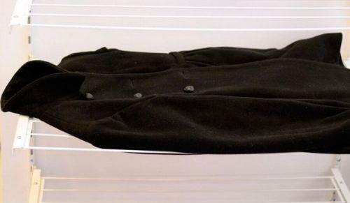 Правильно сушить пальто в горизонтальном положении