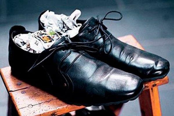 Для того чтобы просушить обувь используйте старую газету