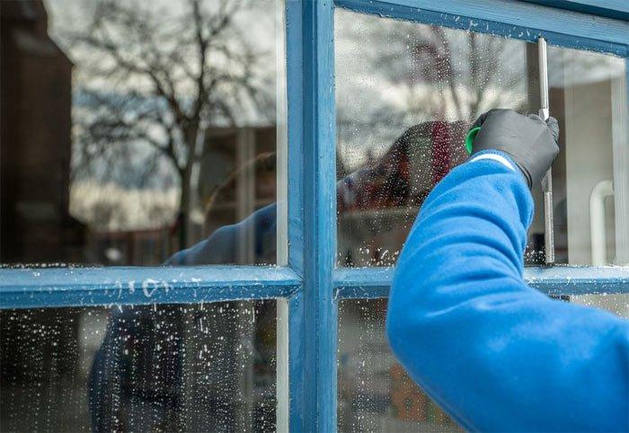 Чем очистить клей со стекла